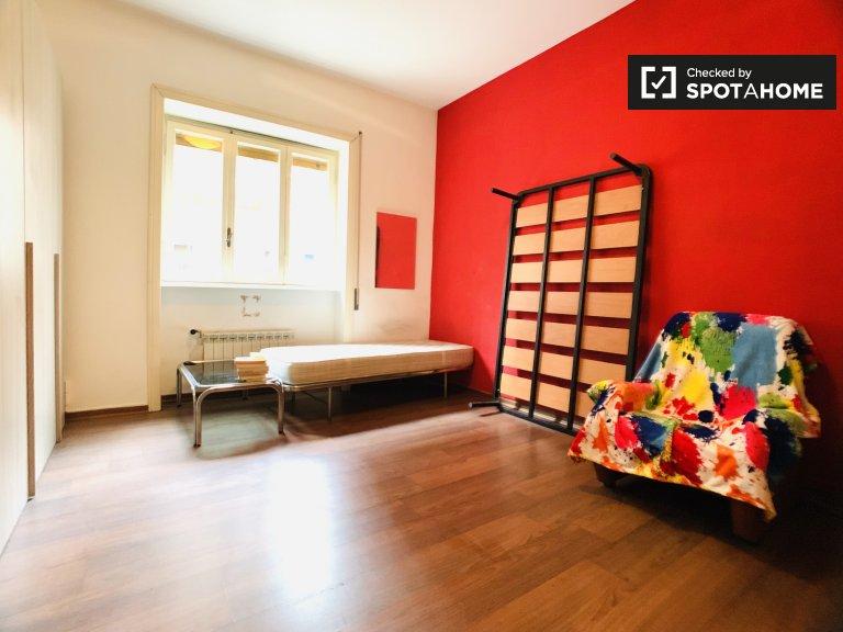 Habitación grande para alquilar en un apartamento de 3 dormitorios en Portuense, Roma