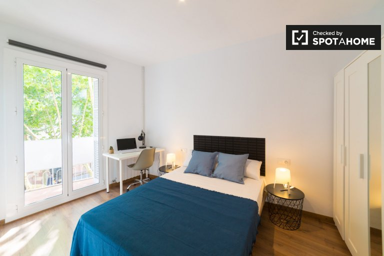 Room with balcony to rent in 5-bed apartment, Horta-Guinardó