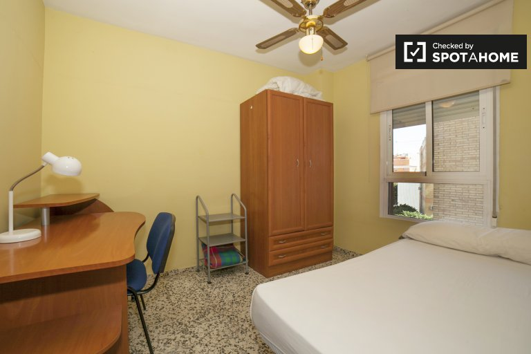Single Bed in Rooms for rent in bright 3-bedroom apartment in Macarena