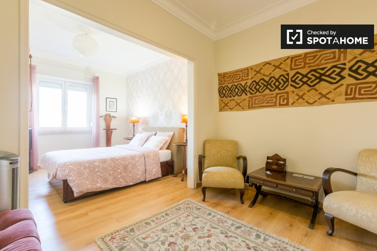 Charming room for rent, 5-bedroom apartment, Areeiro, Lisbon