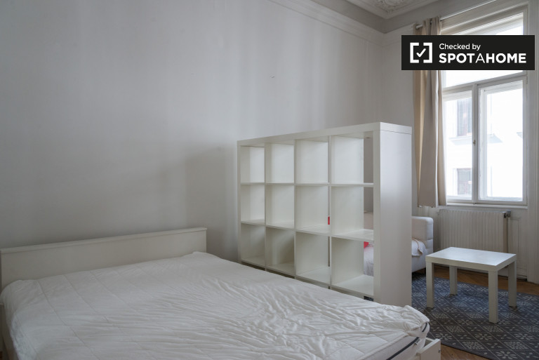 Double Bed in Rooms for rent in 6-bedroom apartment with central heating in Josefstadt