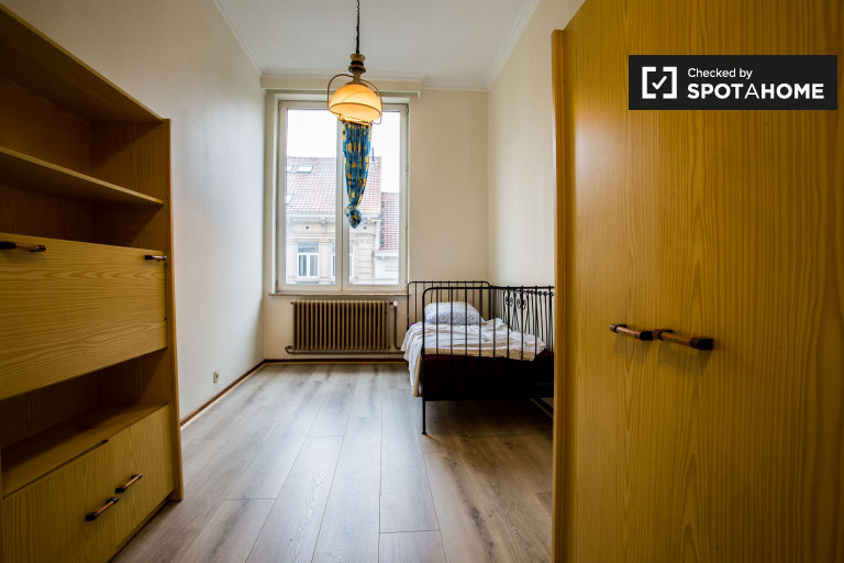 Single Bed in Rooms for rent in a 5-bedroom apartment near European Parliament in Ixelles