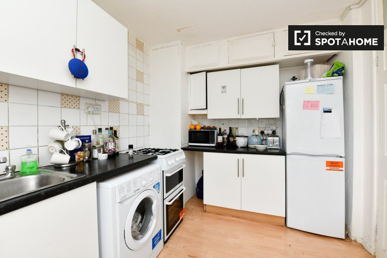 4-bedroom flat to rent in Tower Hamlets, London