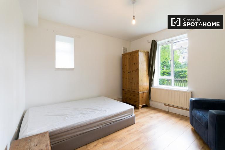 Canonbury, Londra'da 4 yatak odalı daire bulunan dinlendirici oda