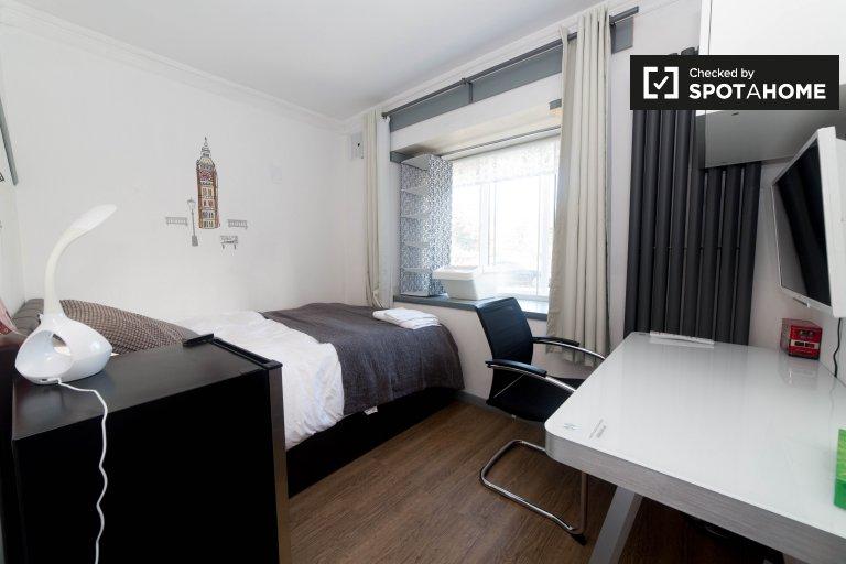 Duży pokój we wspólnym mieszkaniu w Tower Hamlets w Londynie