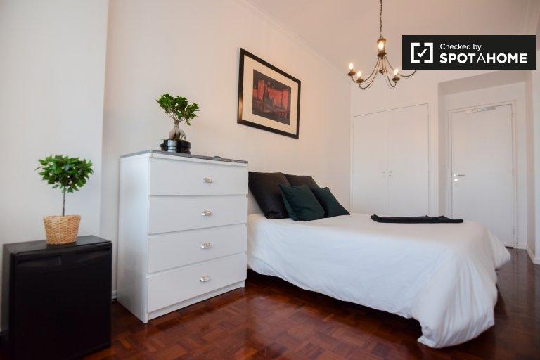 Se alquila habitación, apartamento de 6 dormitorios, São Domingos de Benfica.