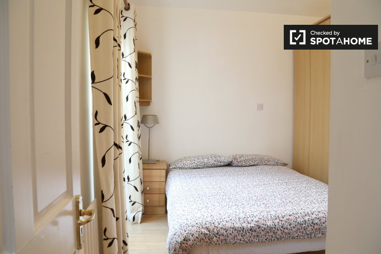 Double Bed in Rooms for rent in houseshare in Nice