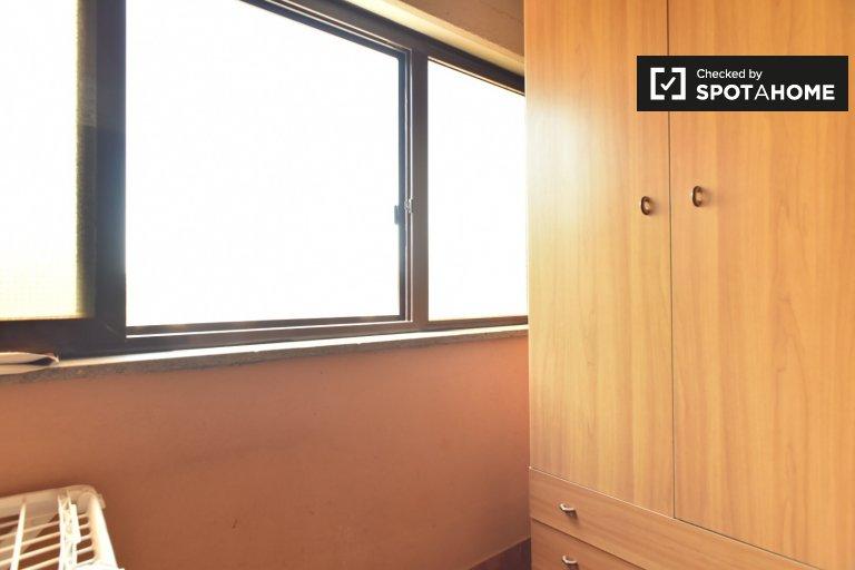 Pokój do wynajęcia w 4-pokojowym mieszkaniu w Acilia, Rzym