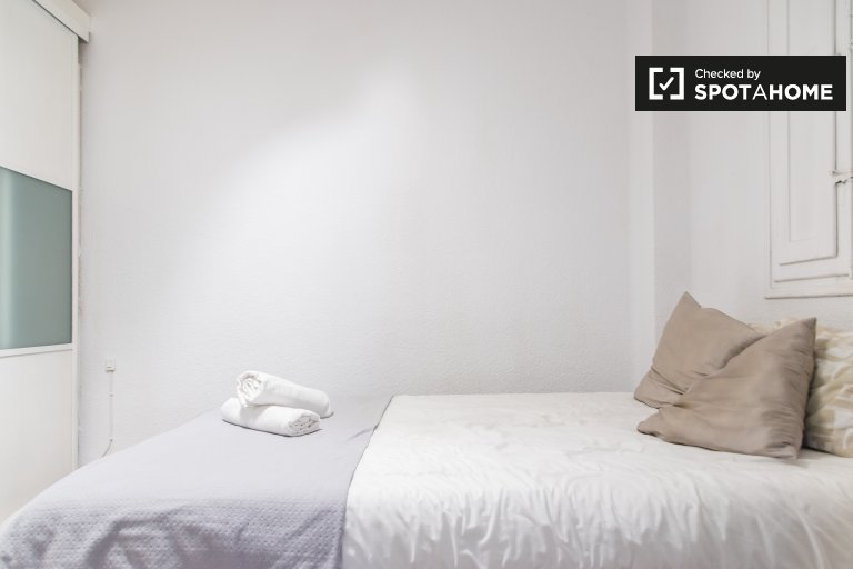 Room for rent in 4-bedroom apartment in L'Eixample