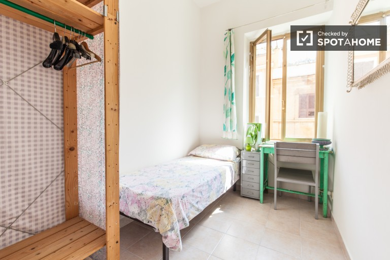 Shared room in 4-bedroom apartment in Pigneto, Rome