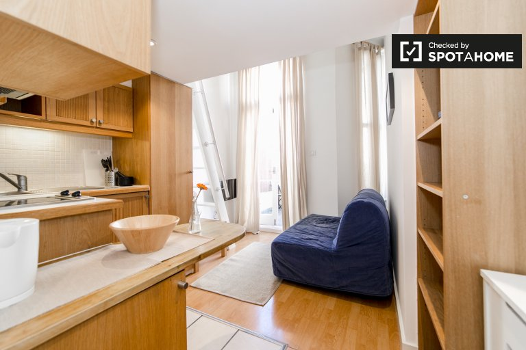 Studio apartment with balcony to rent in West Kensington, Travelcard Zone 2