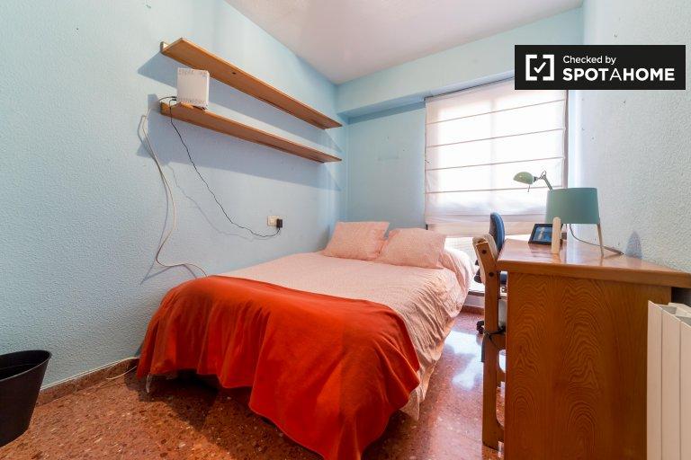 Przytulny pokój w apartamencie z 5 sypialniami w Algirós w Walencji