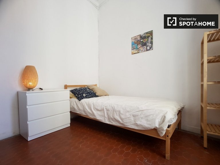 Bright room in 7-bedroom apartment, Barrio Gotico