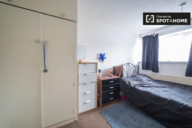 Quarto luminoso em apartamento compartilhado de 2 quartos em Stratford, Londres