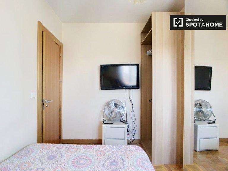 Chambre mignonne dans un appartement de 4 chambres à Hortaleza, Madrid