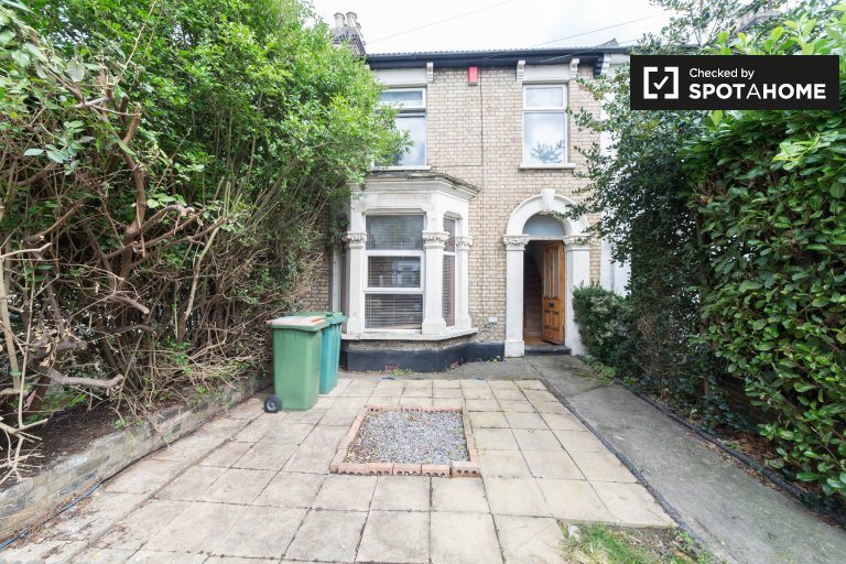 5-bedroom apartment to rent in  in Newham, London