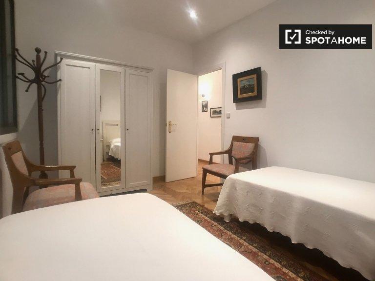Cosy room in 3-bedroom apartment in Retiro, Madrid