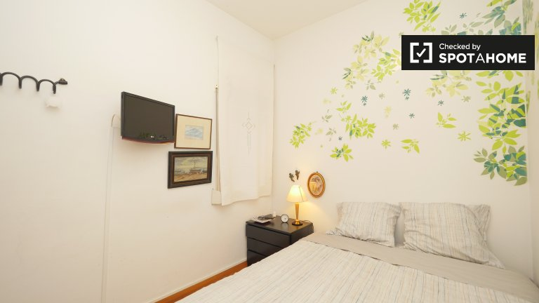 Comfortable room in 2-bedroom apartment in Gràcia, Barcelona