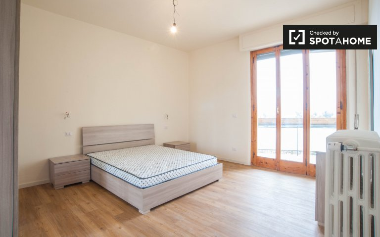 Lovely room in 5-bedroom apartment near Arno river