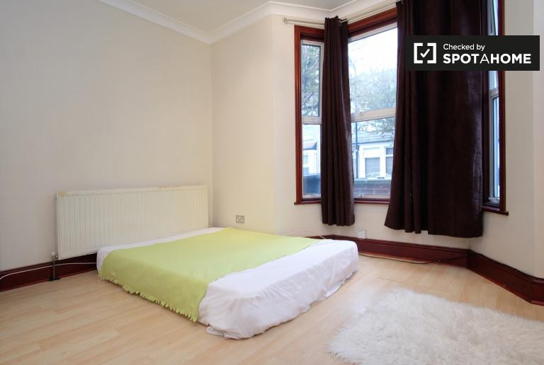 Chambre ensoleillée dans un grand appartement de 7 chambres à Leyton, Londres