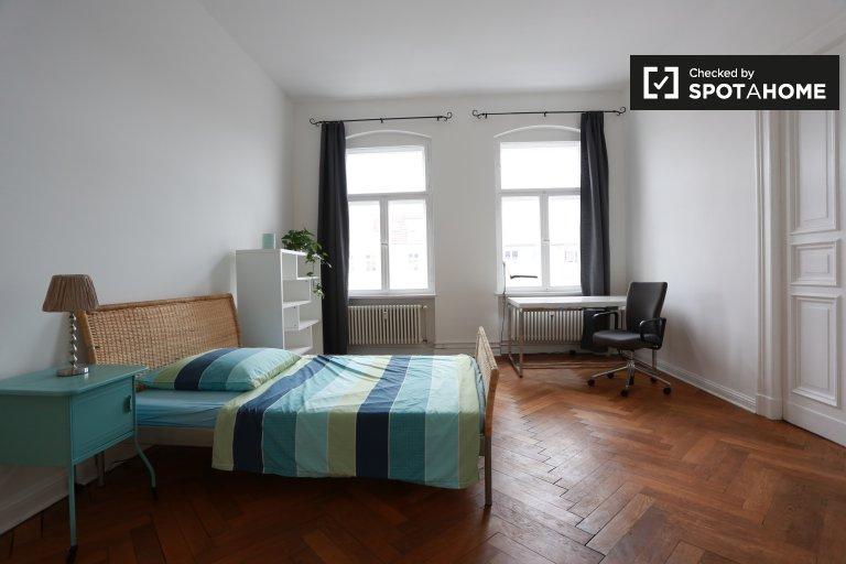 Spacious room, 5-bedroom apartment in Charlottenburg, Berlin