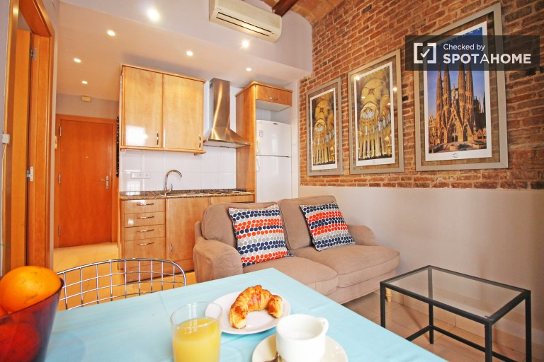 Luminous 1 Bedroom Flat with Balcony in Gràcia, Barcelona
