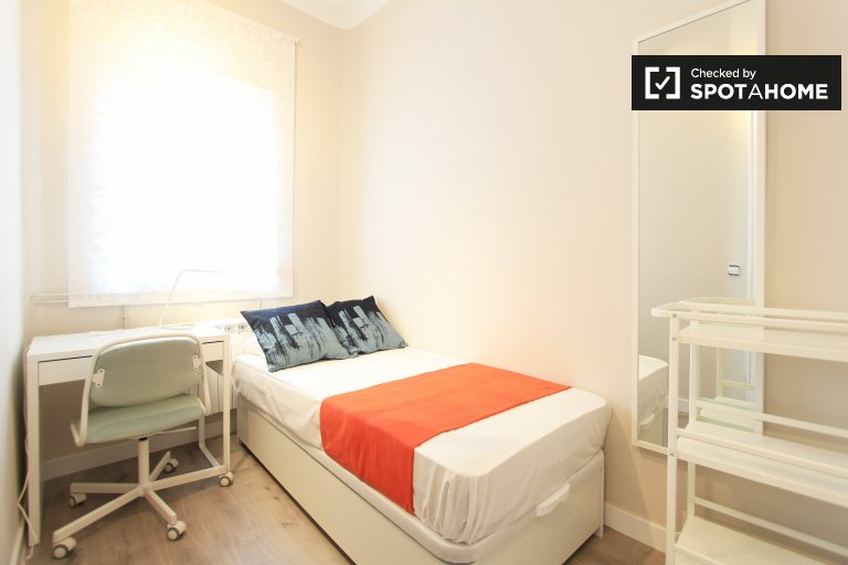 Single Bed in Rooms for rent in newly remodeled 7-bedroom apartment near Atocha