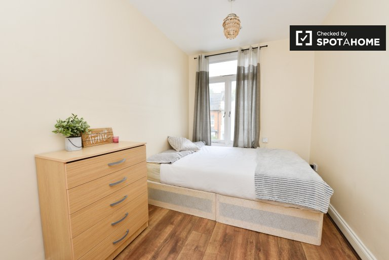 Double Bed in Bright rooms to rent in bright 3-bedroom apartment in Archway