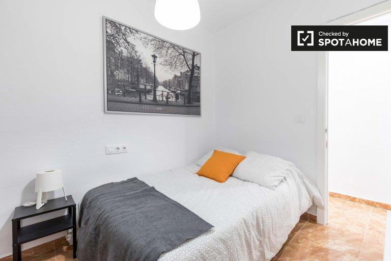 El Cabanyal'da 4 yatak odalı dairede kiralık oda