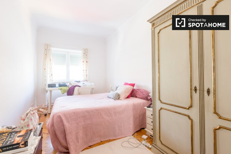 Benfica, Lizbon'da 2 yatak odalı dairede geniş oda