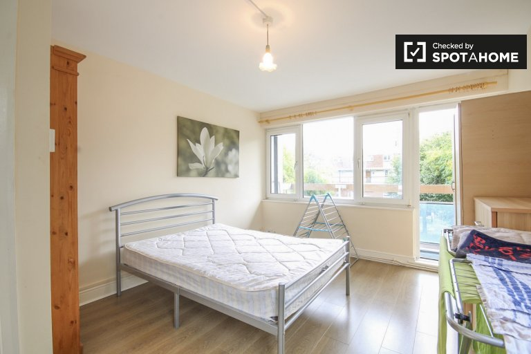 Private room in 3-bedroom flat in Tower Hamlets, London