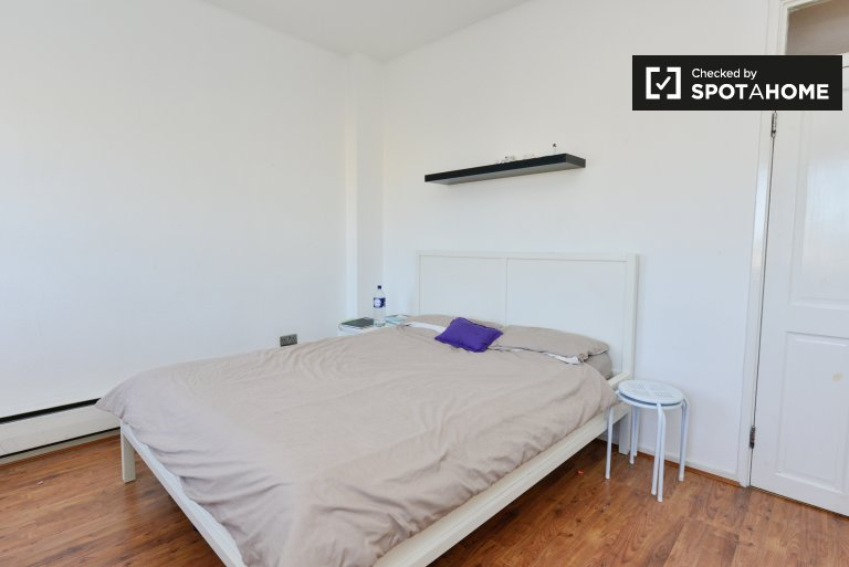 Double Bed in Rooms for rent in 3-bedroom flat in Westminster, London
