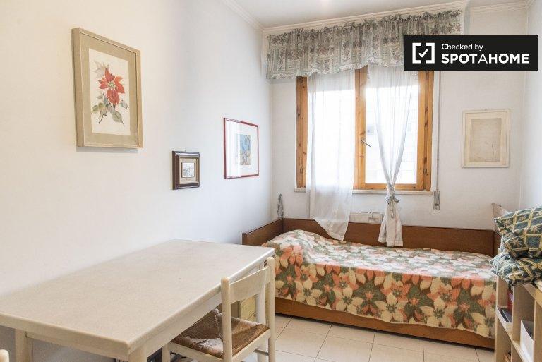 Quarto ideal para mulheres em um apartamento de 2 quartos, Torrino