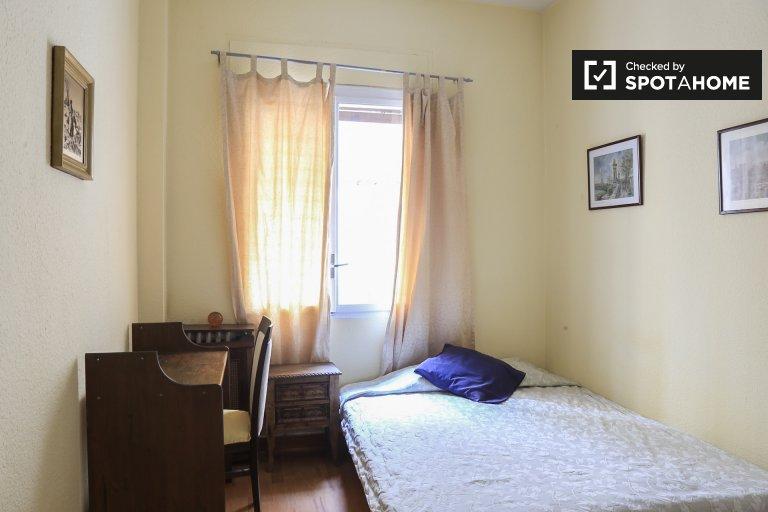 Acolhedor quarto em apartamento de 2 quartos em Retiro, Madrid