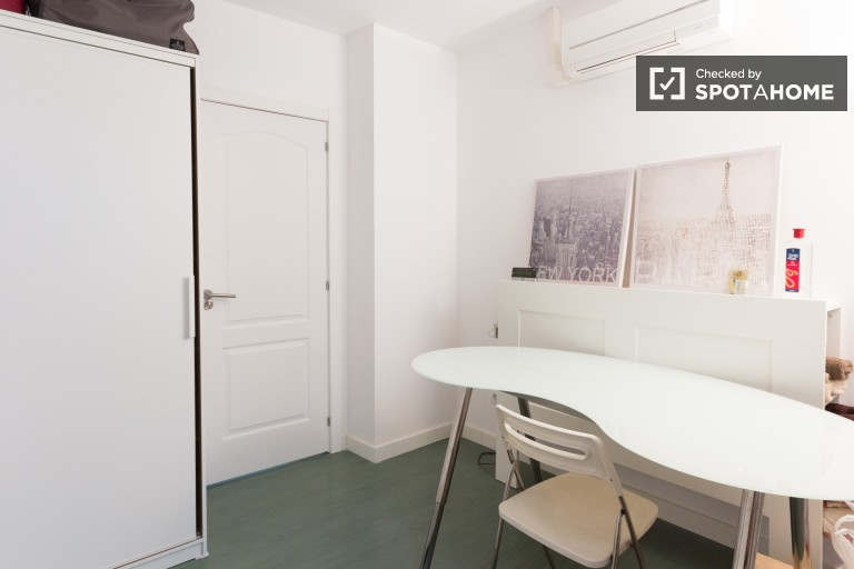 Double Bed in Modern rooms for rent in apartment perfect for couples next to IE Business School, Salamanca