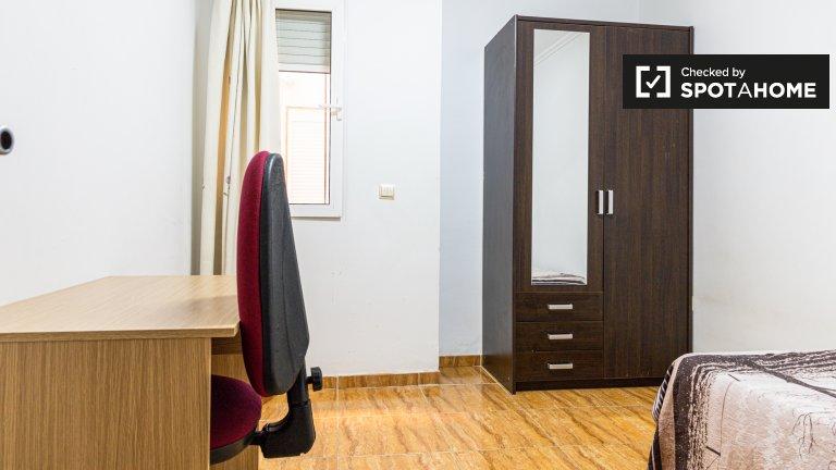 Chambre à louer dans un appartement de 5 chambres à Quatre Carreres