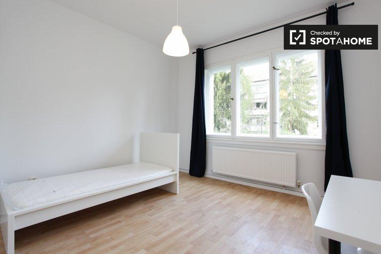 Jasny pokój w apartamencie z 3 sypialniami w Neukölln w Berlinie