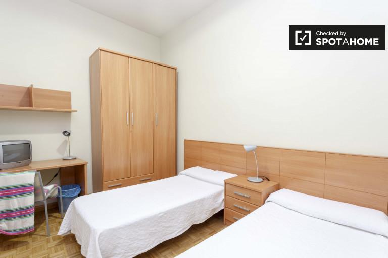 Amplia habitación en un apartamento de 12 habitaciones en Atocha, Madrid