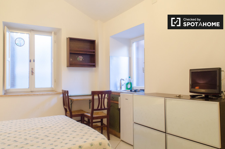 Studio apartment with double bed and single bed for rent in Centro Storico