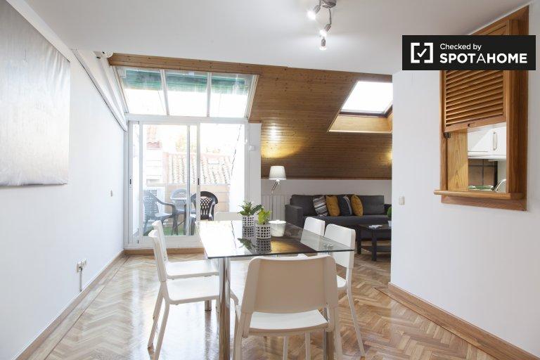 Moderno apartamento de 2 dormitorios en alquiler en Chueca, Madrid.