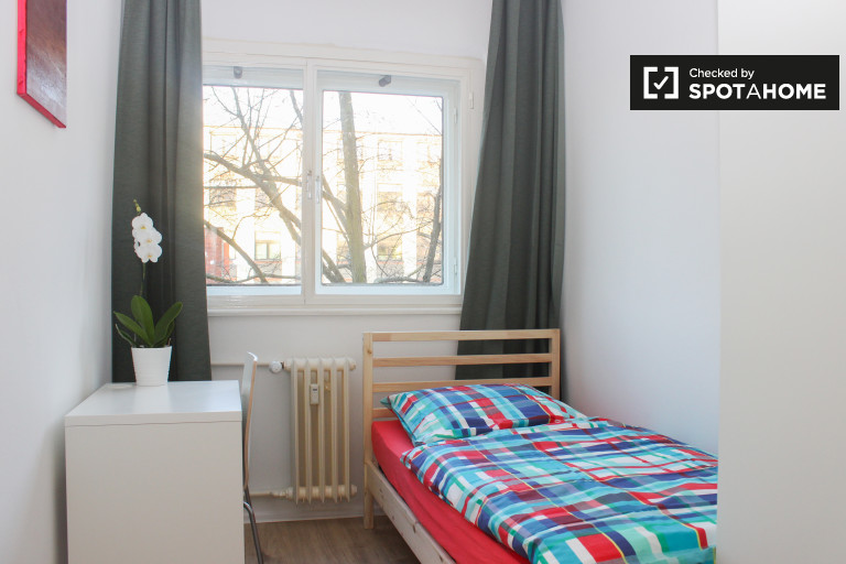 Single Bed in Rooms for rent in renovated 3-bedroom apartment in Tempelhof, next to Tempelhofer Feld