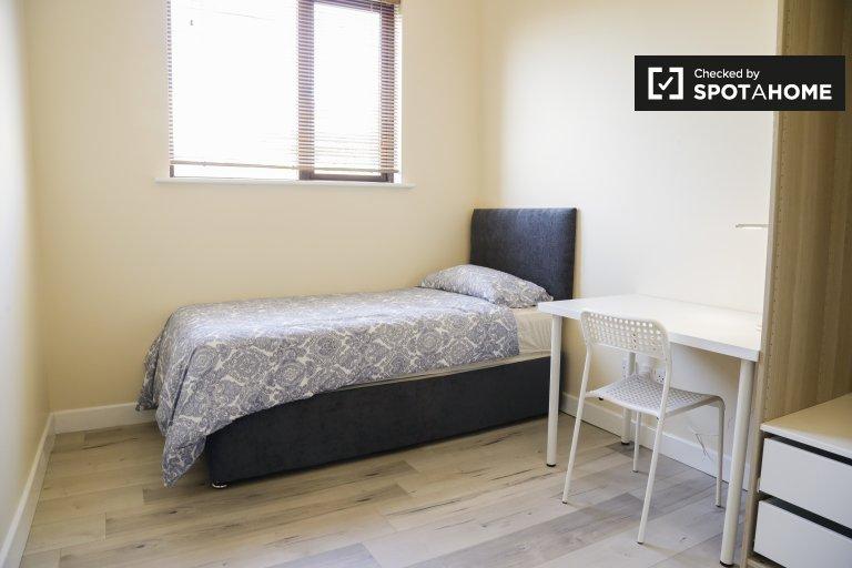 Quarto luminoso em apartamento de 5 quartos em Ballymun, Dublin