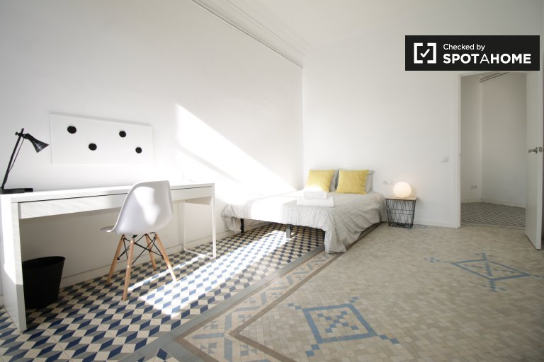 Room with balcony in 9-bedroom apartment in Barcelona