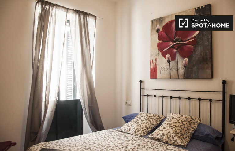 Welcoming room in shared apartment in Casco Antiguo, Seville
