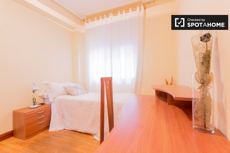Decorated room in 2-bedroom apartment in Uribarri, Bilbao