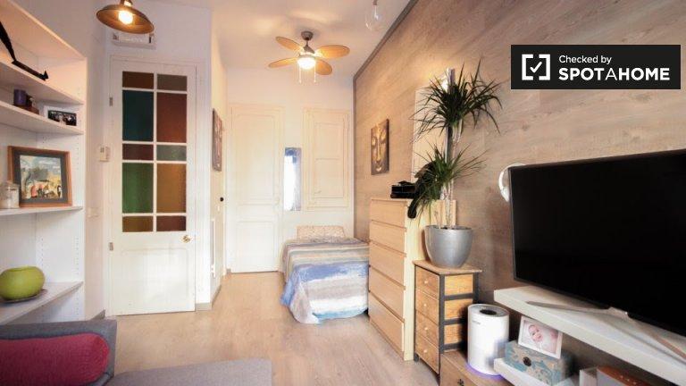 Spacious room for rent in 2-bedroom apartment, L'Esquerra