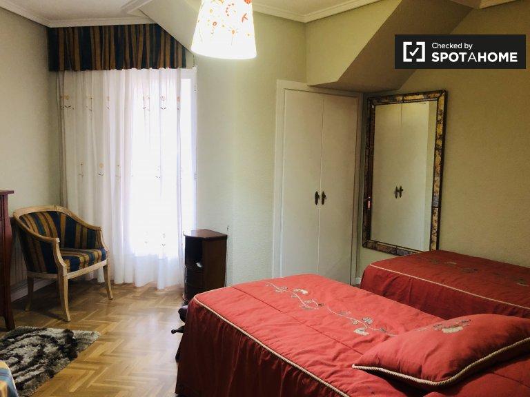 Przytulny pokój do wynajęcia w apartamencie z 3 sypialniami w Tetuán, Madryt