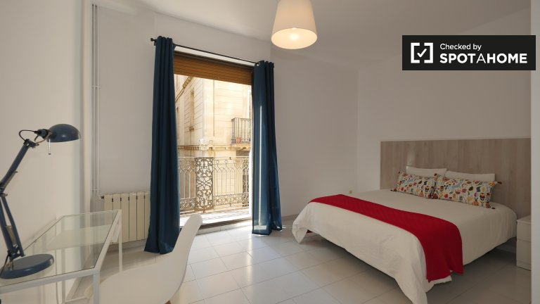 Spacious room for rent in 5-bedroom apartment, Barri Gòtic