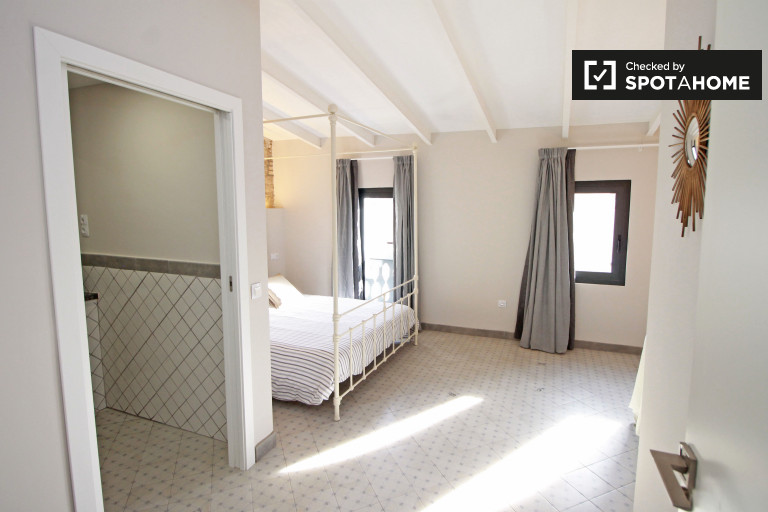 Furnished room in apartment in Vila de Gràcia, Barcelona