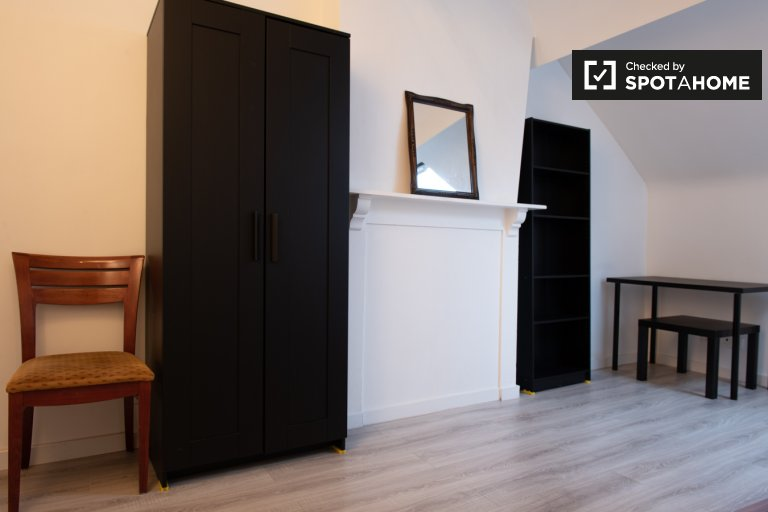 Großes Zimmer zur Miete in 3-Bett-Wohnung, Stalingard, Brüssel